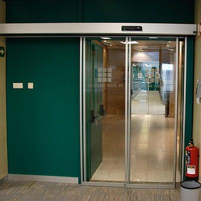 casos-de-exito-puerta-automatica-cristal-oficina-2