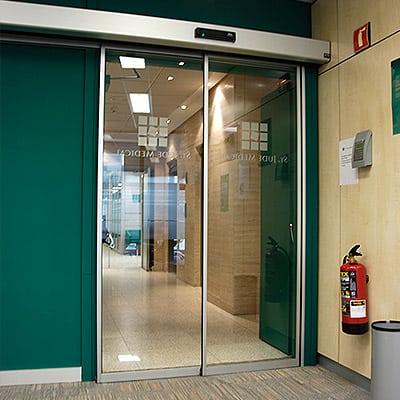 Casos de exito puerta automatica cristal oficina grupo for Puertas para oficina